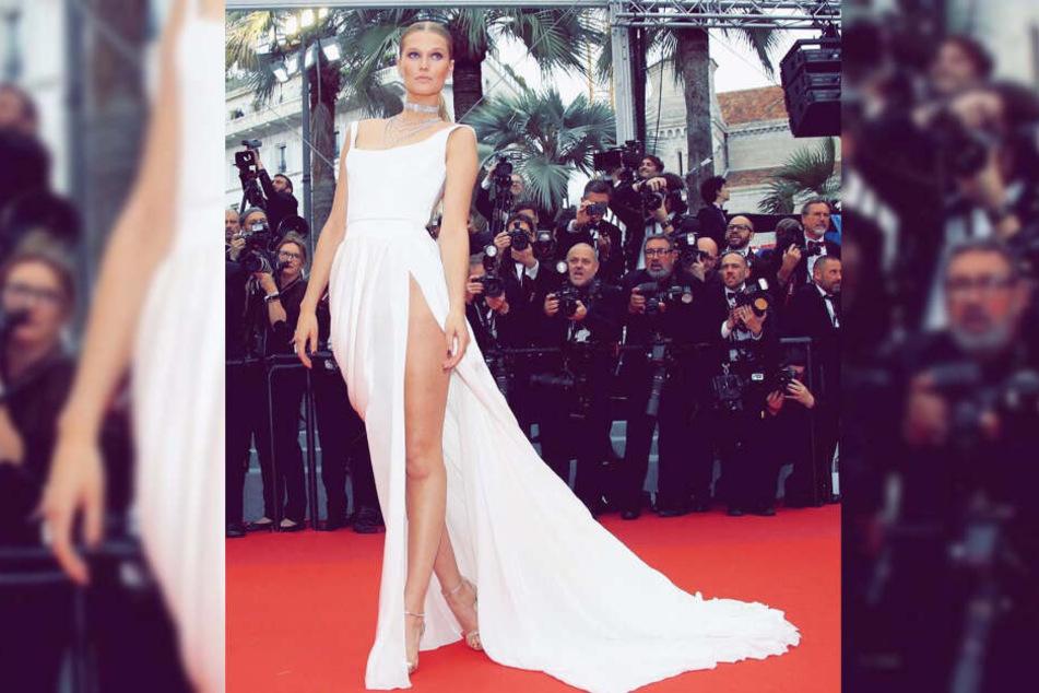 Bei den Filmfestspielen in Cannes zeigte Toni Garrn im weißen Kleid viel Bein.