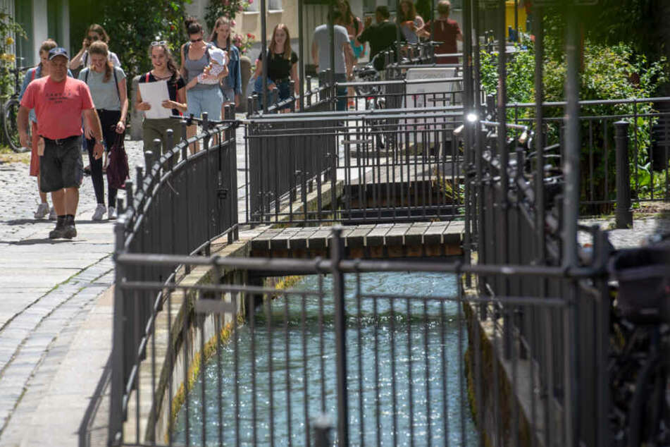 Kleine Brücken spannen sich über einen Kanal in Augsburg.