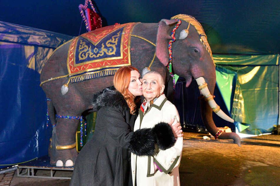 Zora Schwarz übergibt mit einem Kuss Circus-Prinzipalin Sonja Müller Milano (94, r.) ihren Varieté-Elefanten.