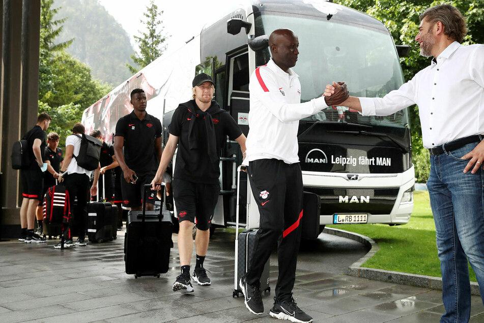 Freundliche Begrüßung für RB Leipzigs Teambetreuer Babacar N'Diaye (2.v.r.) am Teamhotel.