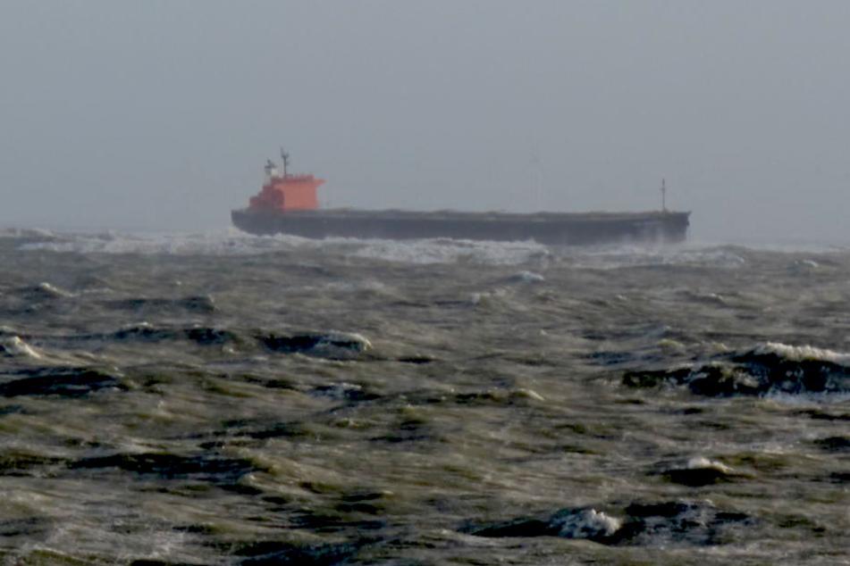 200 Meter langer Nordsee-Frachter reißt sich bei Sturm los