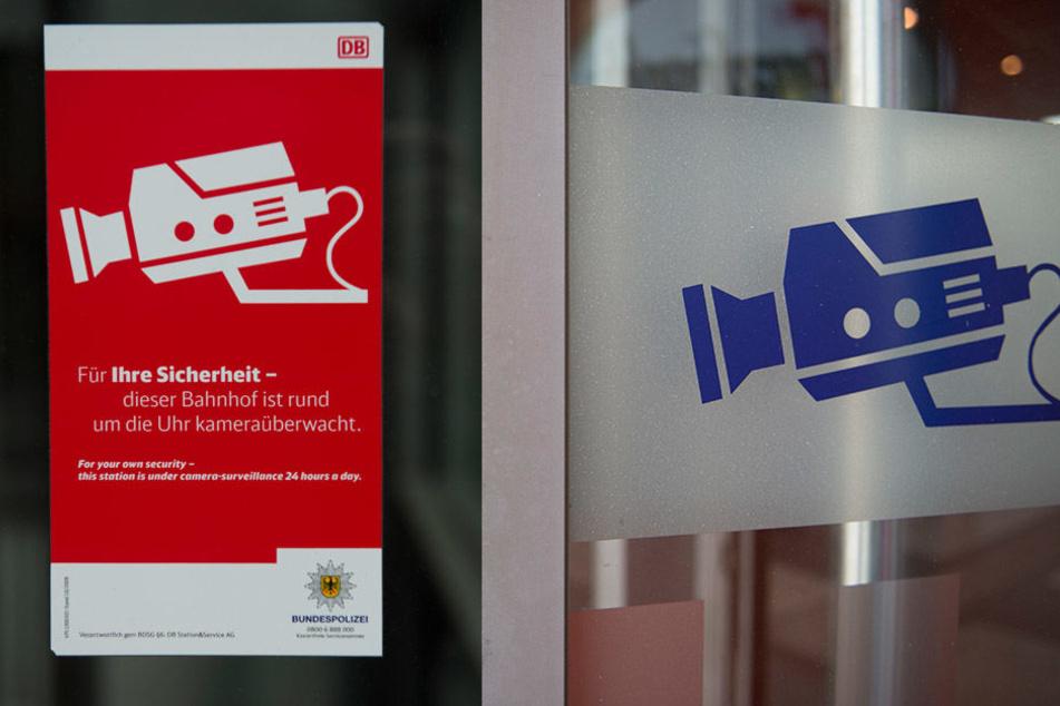 Schilder weisen Fahrgäste auf die Videoüberwachung im Bahnhof hin.
