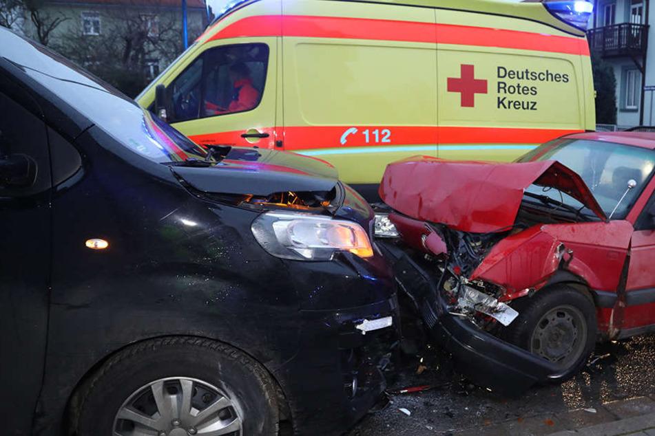Bei dem Unfall wurden mindestens drei Menschen verletzt.