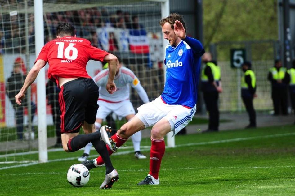Dennis Mast (l., CFC) und Dominic Peitz (Holstein Kiel, r.) kämpfen um den Ball.