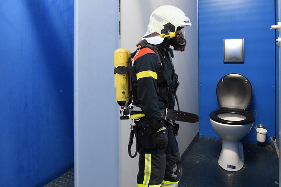 Die Feuerwehr untersucht derzeit die Flüssigkeit auf dem Schulklo. (Symbolbild)