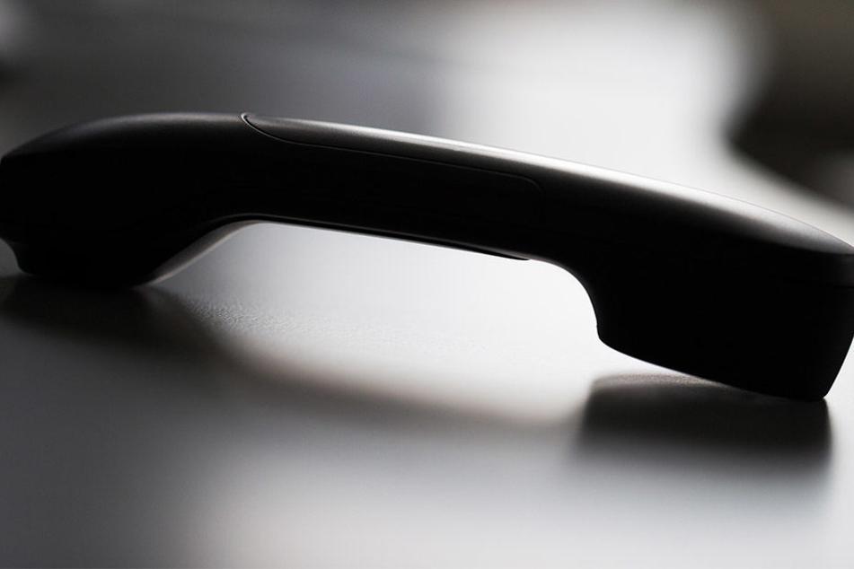 Ein Senior fiel auf eine fiese Betrugsmasche am Telefon herein.