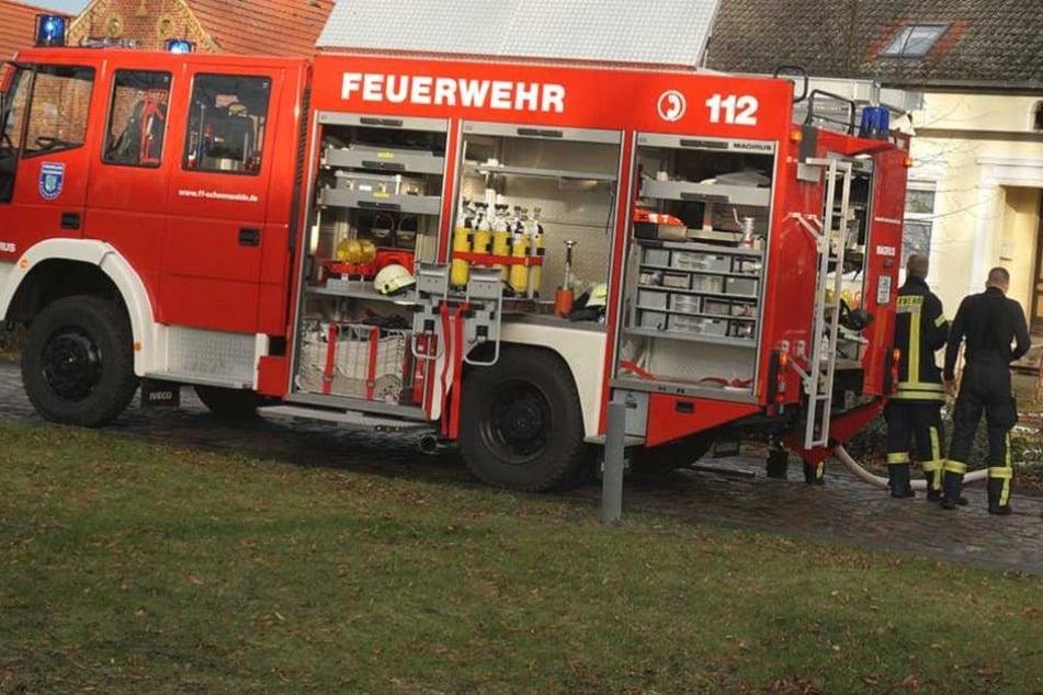Die Feuerwehr rückte an und löschte das Feuer (Symbolbild).