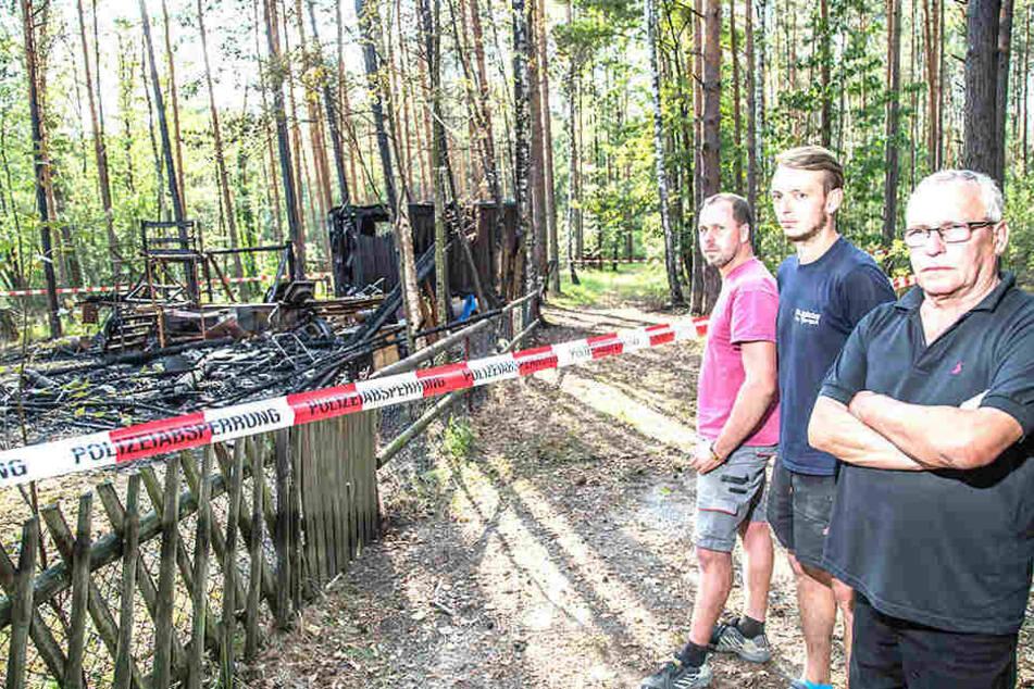 Fischer Peter Kittner (v.r.), sein Sohn Thomas und Freund Daniel Weise können einfach nicht fassen, dass ihre Wagen jetzt verbrannt sind.