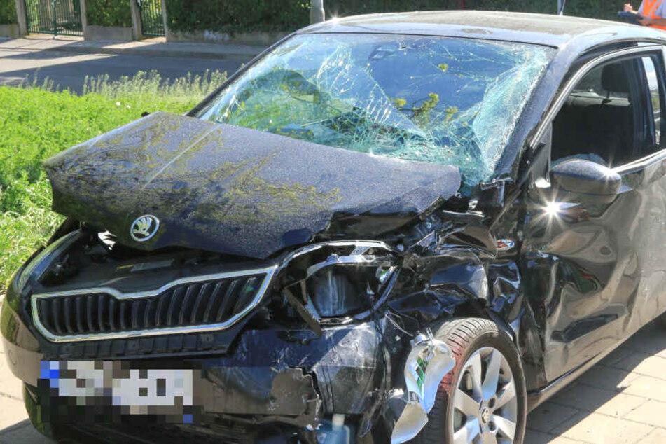 Frau wird in Erfurt von Straßenbahn schwer verletzt in Auto eingeklemmt