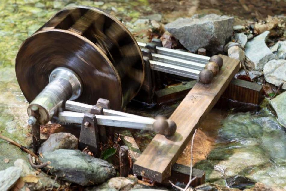 Ein mit Wasser betriebenes Mini-Schöpfwerk lädt zum Spielen ein.