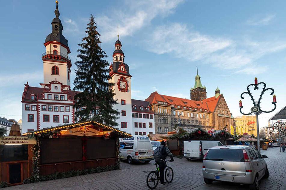 Schlussspurt beim Buden-Aufbau: Der Chemnitzer Weihnachtsmarkt öffnet heute 16 Uhr.
