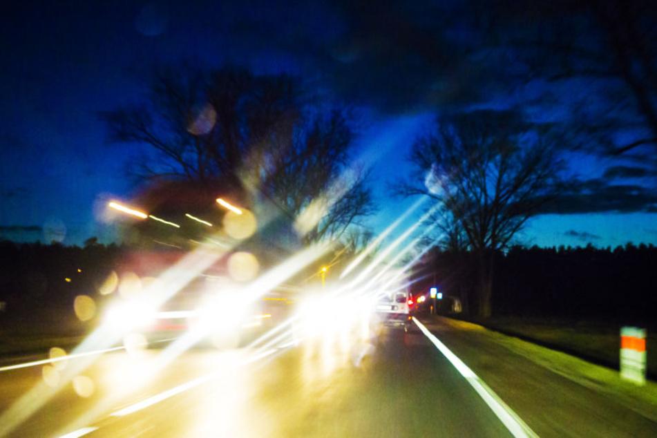 Die Straßen können in der Dunkelheit gefährlich werden. (Symbolbild)