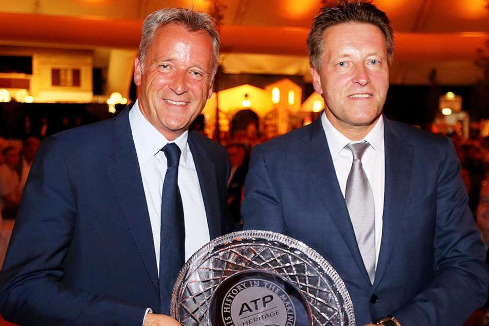 """ATP-Chef Chris Kermode (li.) überreichte Turnierdirektor Ralf Weber den """"Heritage Award"""" der Spielerorganisation."""