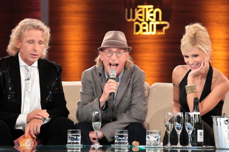 """Die Moderatoren Thomas Gottschalk (links) und Michelle Hunziker sitzen in der ZDF-Show """"Wetten, dass..?"""" neben Komiker Otto Waalkes."""