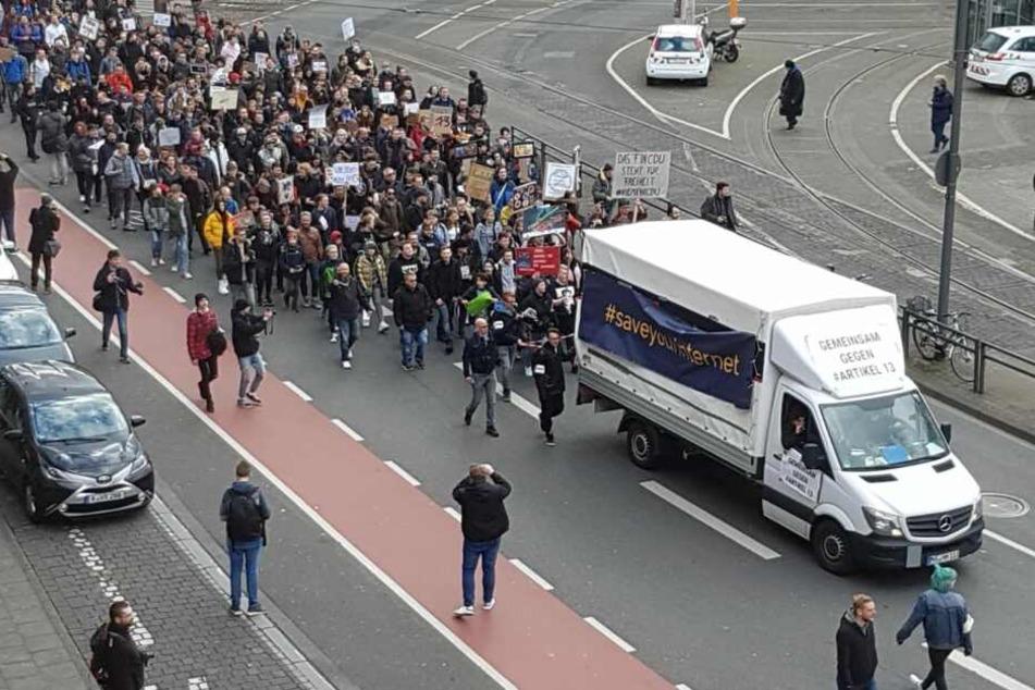 Der Protestzug gegen den geplanten Artikel 13 am Kölner Neumarkt.