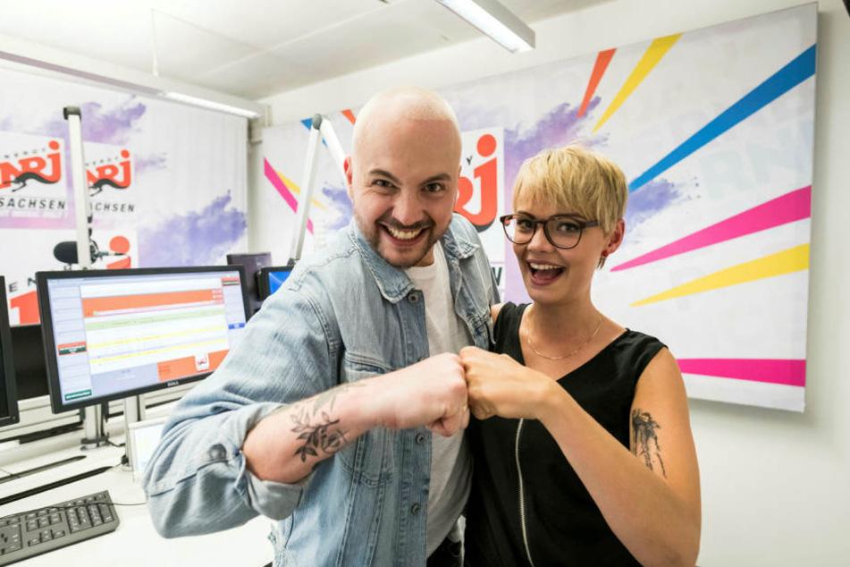 """Julian Mengler (32) und Franziska Mühlhause (28) von Energy Sachsen haben die RTL2-Soap """"Leben. Lieben. Leipzig parodiert."""