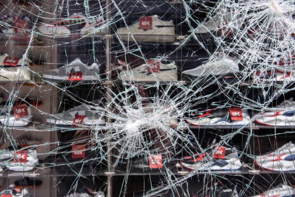 Ein beschädigtes Schaufenster eines Bekleidungsgeschäfts nach den schweren Ausschreitungen im Juni in Stuttgart