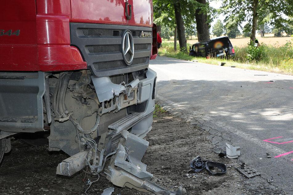 Dem Lkw wurde ein Teil der Stoßstange weggerissen, der VW T6 landete im Graben.