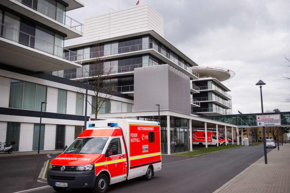 Ein Rettungswagen fährt an der Zentralen Notaufnahme der Uniklinik Düsseldorf vorbei.