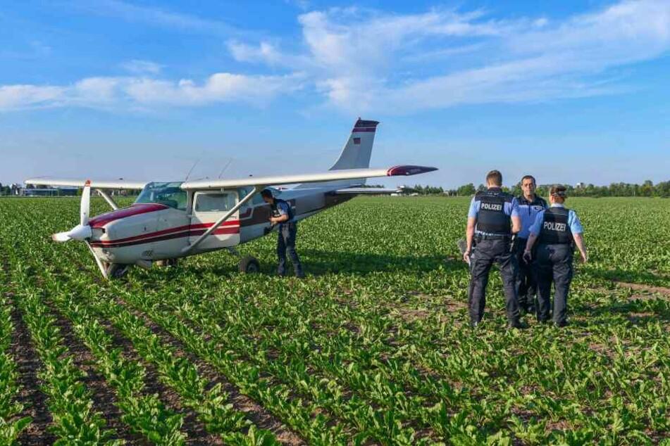Polizeibeamte untersuchen das Flugzeug kurz nach der Notlandung.