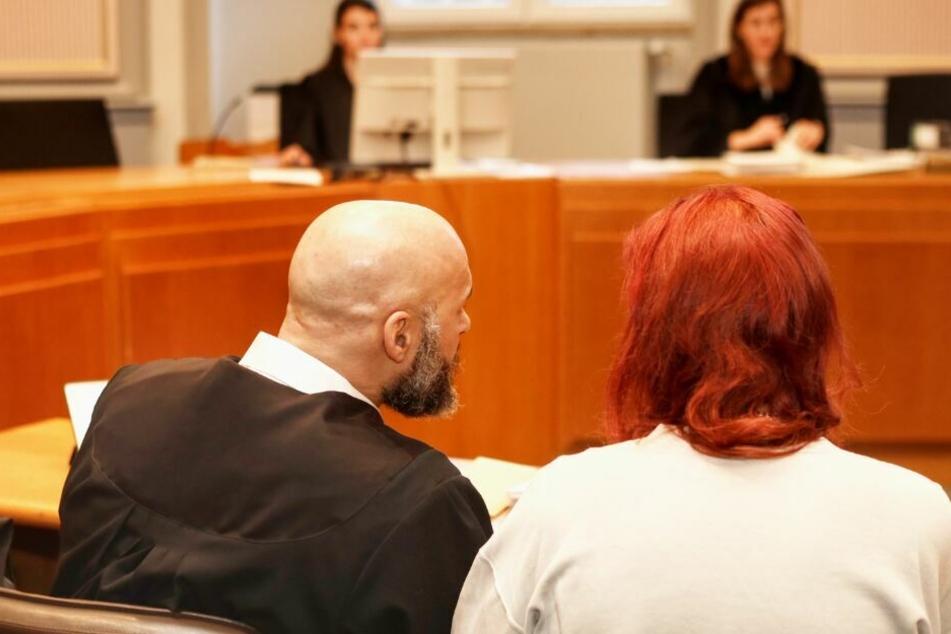 Die Angeklagte sitzt neben ihrem Verteidiger.
