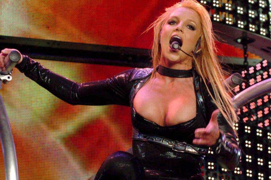 Zuschauer klettert bei Konzert von Britney Spears auf die Bühne