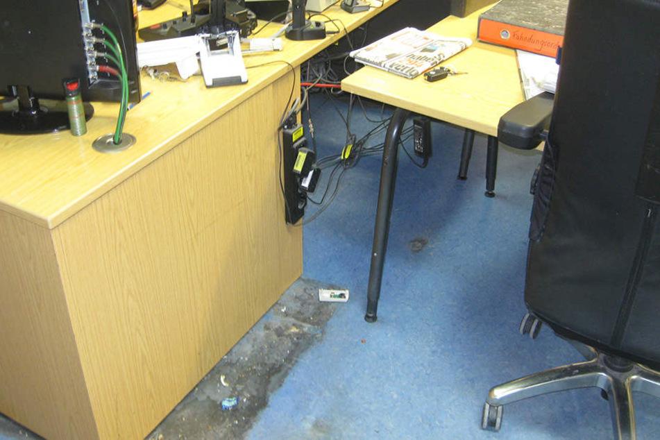 Auch das Büro der Beamten wurde in Mitleidenschaft gezogen.