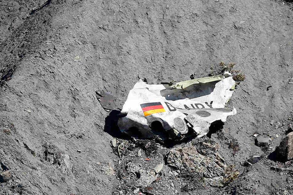Trümmer der Germanwings-Maschine A320 liegen am 26.03.2015 an der Absturzstelle in der Nähe von Le Vernet in den französischen Alpen.