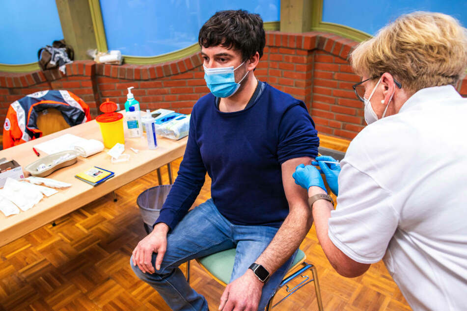 Ein Lehrer wird gegen Corona geimpft. Vor der Wiederöffnung der Schulen in Brandenburg fordert die GEW ein Impfangebot für alle Lehrer.