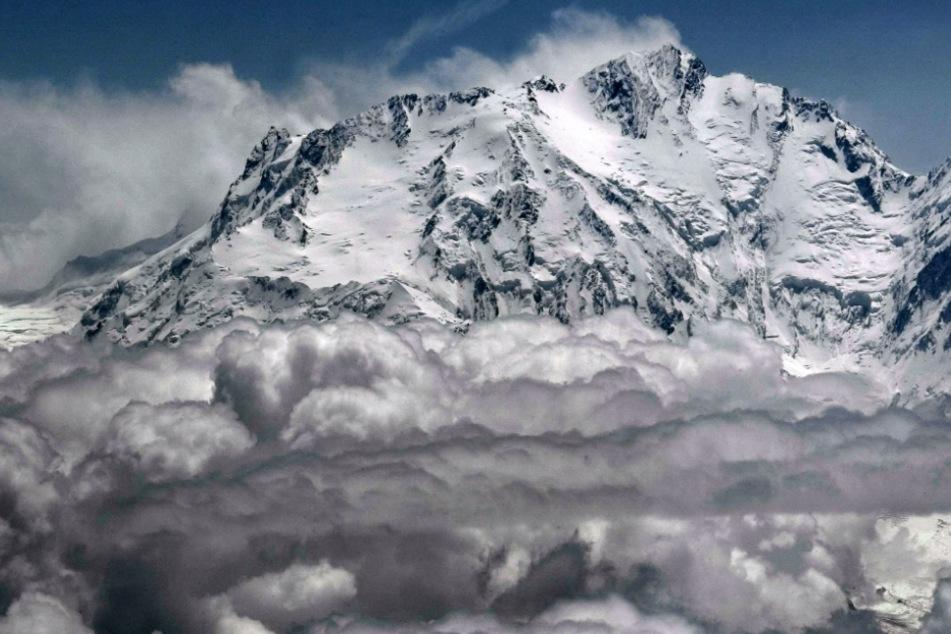 Die schneebedeckte Westseite des Nanga Parbat im Himalaya.