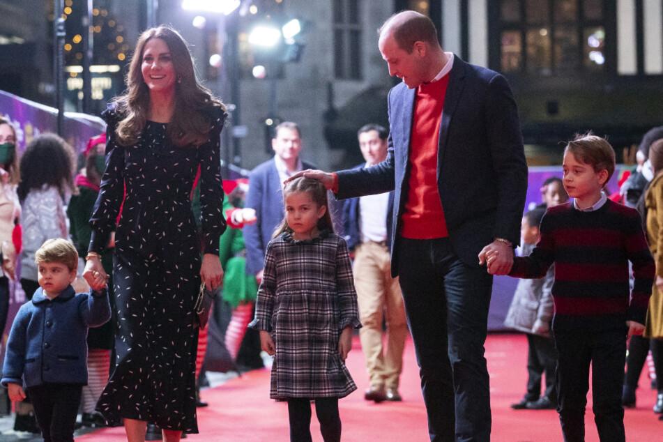 William und Kate zeigen sich erstmals mit allen Kindern auf dem Roten Teppich