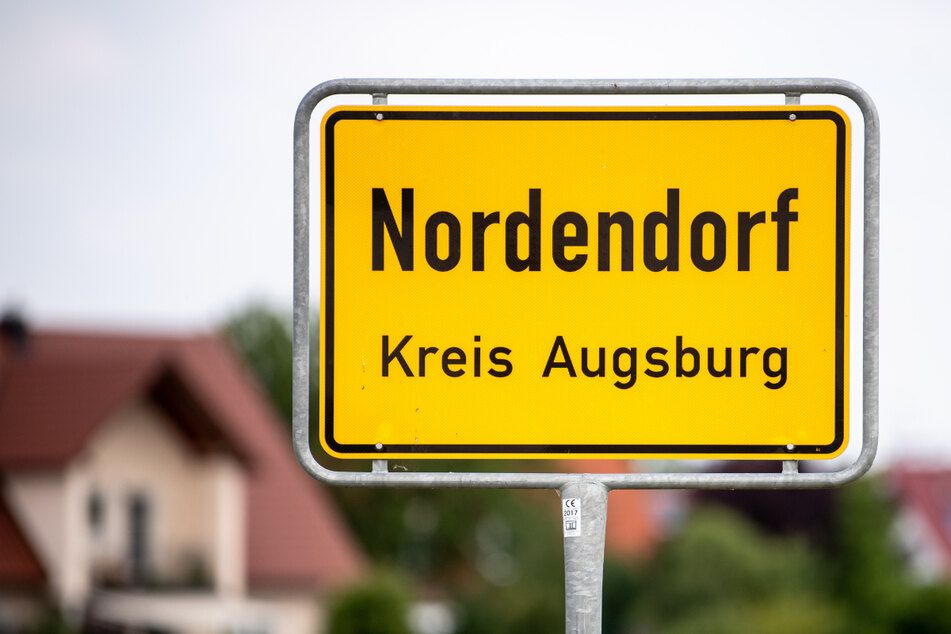Das Ortsschild von Nordendorf: In der kleinen schwäbischen Gemeinde wurden die toten Jugendlichen von ihren Eltern entdeckt.