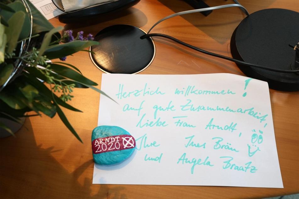 Mit einem Blumenstrauß und einem Willkommens-Zettel wurde Constance Arndt in ihrem neuen Büro begrüßt.