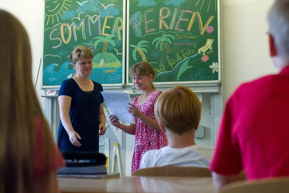 Auch die Lehrer freuen sich nach dem Corona-Chaos-Schuljahr auf die Ferien. Oft waren sie die Puffer zwischen Eltern und Schulbehörden. (Symbolbild)