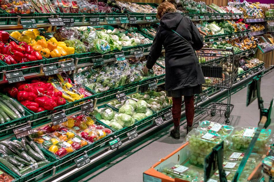 Ein gut gefülltes Obst- und Gemüseregal in einem Supermarkt (Symbolbild).