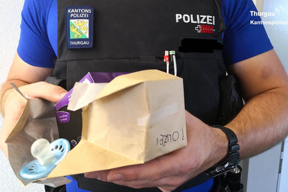 Die Kantonspolizei Thurgau bekam den Schnuller im Tausch gegen ein kleines Geschenk.