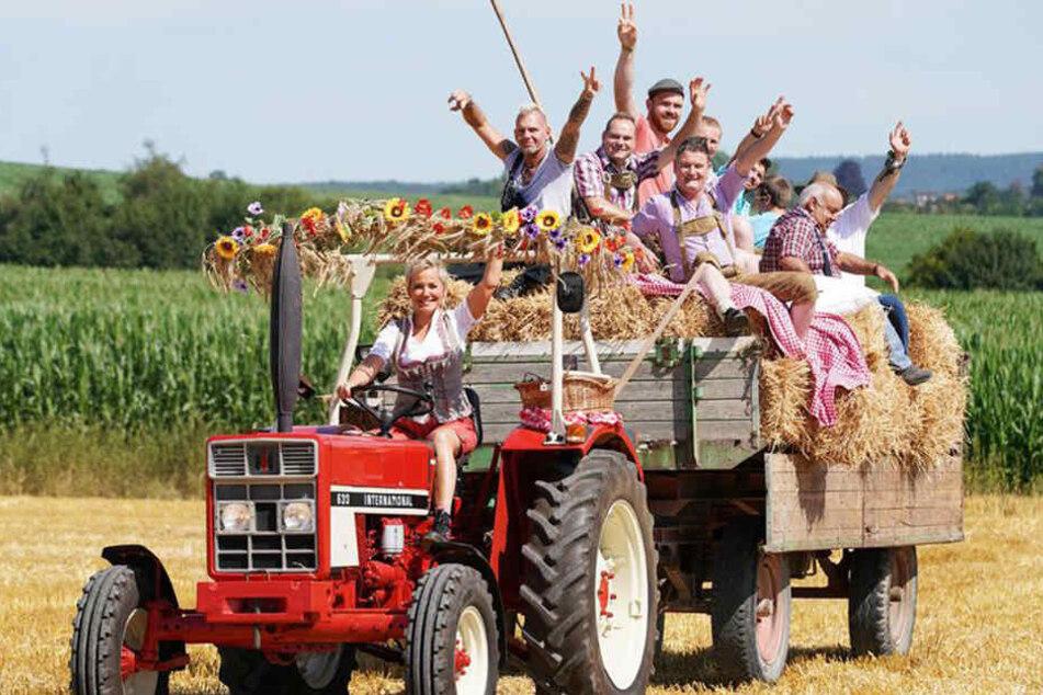 Inka Bause holt die neuen Bauern höchstpersönlich mit dem Traktor ab!