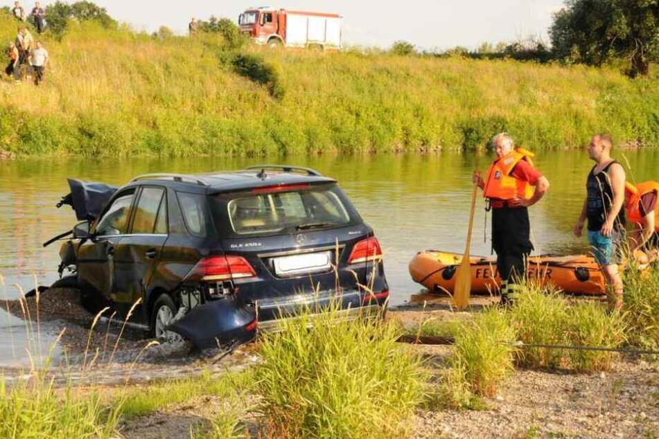Die Feuerwehr zog den Mercedes am Abend aus der Mulde, nach Ansicht der Staatsanwaltschaft war der Crash kein Unfall.