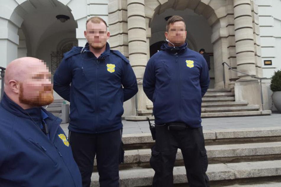 Die drei Security-Männer bewachen mittlerweile das Herforder Rathaus.
