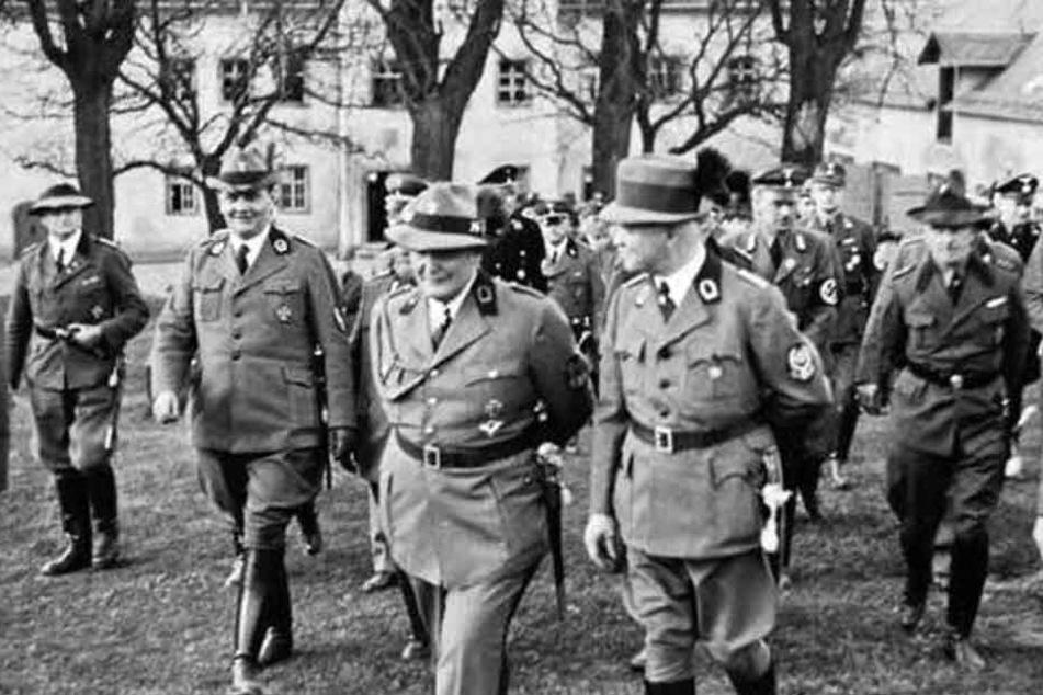 Reichsjägermeister Hermann Göring und Gaujägeremister Martin Mutschmann (rechts) vor dem Jagdschloss.