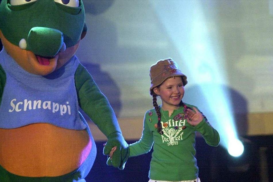 """Joy Gruttmann während der der Aufzeichnung der Sat1-Show """"Die Superfans"""" mit Schnappi dem Krokodil an der Hand (2005)."""