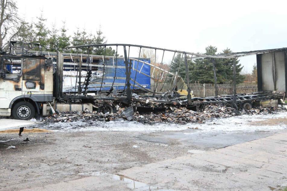 Großer Schaden! Sattelzüge gehen auf Parkplatz in Flammen auf