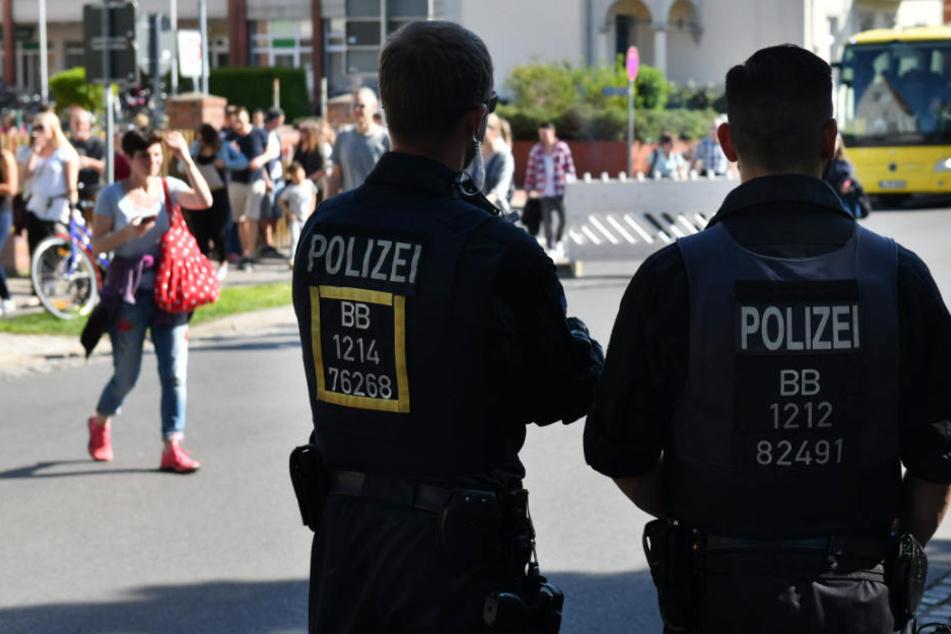 Zahlreiche Polizisten sicherten das Gelände des Baumblütenfests in Werder.