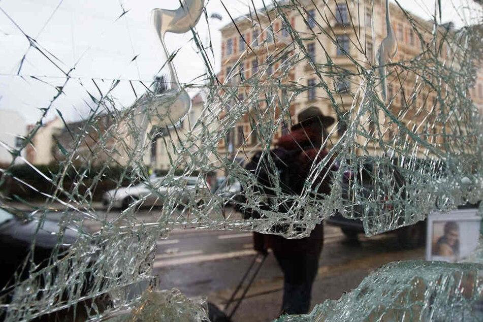 Ein zerstörtes Fenster in Leipzig-Connewitz. Dort hatten im Januar 2016 rechte Schläger den Stadtteil überfallen.