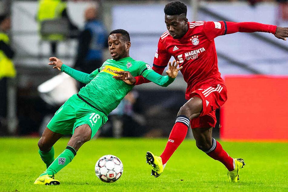 Alphonso Davies (r.) feierte für den FC Bayern München ein aufsehenerregendes Debüt im Finale gegen Borussia Mönchengladbach, hier Ibrahima Traoré.