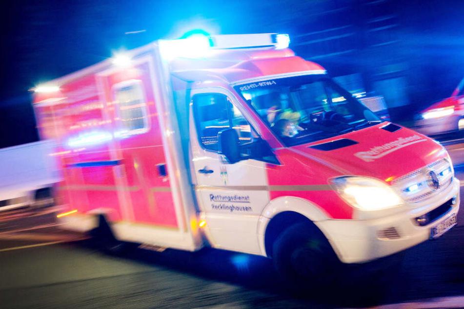 Der Mann wurde schwer verletzt ins Krankenhaus gebracht. (Symbolbild)