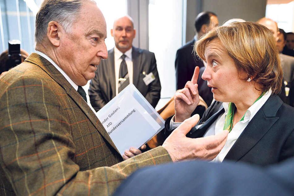 Hatten schon bessere Werte: AfD-Vize Beatrix von Storch (45, r.)  und Parteifreund Alexander Gauland (76).