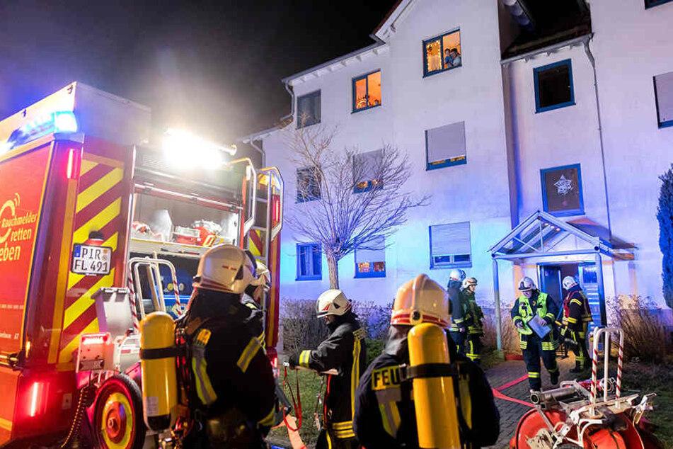 Die Kameraden der Feuerwehr rückten zu einem Einsatz in einer Pirnaer Wohnung aus.