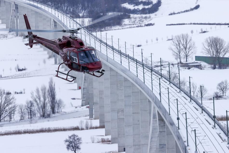 An der Unstruttalbrücke: Fachleute untersuchen mit einem Hubschrauber den Zustand der verschneiten Schnellstrecke Erfurt-Halle/Leipzig.