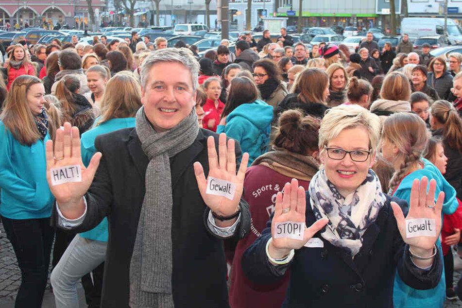 Zeichen gegen Gewalt an Frauen: Bürgermeister Henning Schulz und Gleichstellungsbeauftragte Inge Trame.